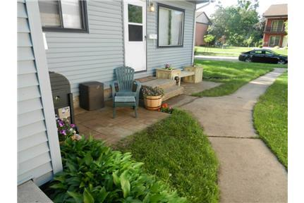 $900/800 sq. ft.-2 Bed 1 Bath-East side For Rent!